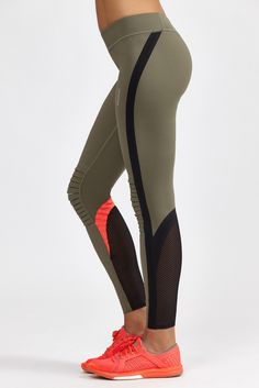 This full length legging from Reebok features bonded seams, open hole mesh panels at calves, refl...