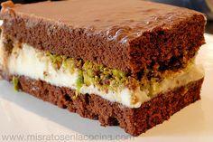 Tarta de chocolate y philadelphia con pistachos  Para la base del bizcocho.  3 Huevos 2 CC levadura 2 CS maizena Edulcorante liquido al gusto