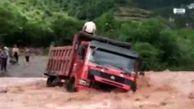 عملیات نجات راننده کامیون گرفتار در سیل   فیلم و عکس