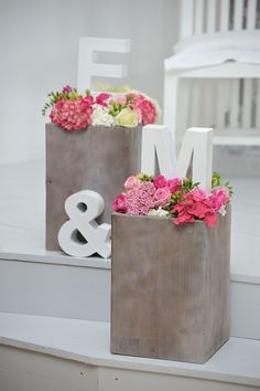Tolle Idee für die Initialen des Brautpaares Great idea for the initials of the bride and groom Floral Wedding, Diy Wedding, Dream Wedding, Table Wedding, Wedding Bride, Wedding Table Decorations, Wedding With Kids, Luau, Event Decor
