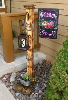 Lamp Post With Welcome Banner. Fairy lights and a solar lamp. - Lamp Post With Welcome Banner. Fairy lights and a solar lamp will light the way - Front Yard Decor, Front Yard Design, Front Yard Landscaping, Landscaping Ideas, Front Porch, Solar Light Crafts, Solar Lights, Fairy Lights, Diy Solar