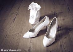 Accessoires für die Braut - elegante Pumps in creme, aus feiner Seide und eine kleine weiße Satin Handtasche, für Taschentücher, Lippenstift und was die Braut sonst noch braucht an ihrem großen Tag -)