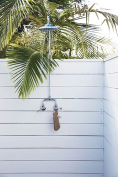 my scandinavian home: How About Lolling About At The Chalet, Byron Bay? 28 Outdoor Shower Ideas with Maximum Summer Vibes Beach Cottage Style, Beach Cottage Decor, Coastal Decor, Byron Beach, Outdoor Bathrooms, Outdoor Showers, Dream Beach Houses, Hamptons Beach Houses, Small Beach Houses