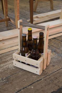 Flaskekasse for 4 flasker (0,33 l) / Beer bottle crate for 4 bottles.  Built by Eivind Stoud Platou Photo: Colin Eick From the book «Bygg selv – håndbok i hjemmesnekring av møbler», Kagge forlag (2016)