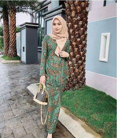 kebaya batik Model Kebaya Muslim, Muslim Dress, Kebaya Hijab, Kebaya Dress, Dress Brukat, Dress Outfits, Dresses, Modern Hijab, Girl Hijab