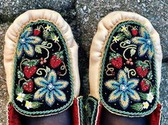 Native Beading Patterns, Beadwork Designs, Seed Bead Patterns, Beaded Moccasins, Leather Moccasins, Beading Projects, Beading Ideas, Indian Dolls, Native American Beadwork