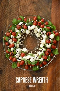 Make a Caprese Wreath for a delicious and festive appetizer to serve at your next holiday party! A basic caprese salad served in a colorful wreath. Holiday Party Appetizers, Appetizers For Kids, Christmas Party Food, Snacks Für Party, Finger Food Appetizers, Appetizer Recipes, Finger Foods, Holiday Parties, Caprese Appetizer