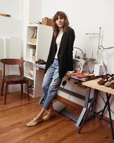 Brazilian model turned shoe designer @marigiudicelli masters the art of 9-to-5 style in chic Uniqlo Boyfriend Fit Ankle Jeans and a Drape Long Jacket. Produced by @voguemagazine with Uniqlo.