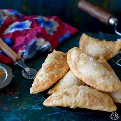 Mawa Gujiya is an Indian style deep fried pastry loaded with mawa (dried milk) stuffing. Gujiyas are crispy from outside and delectably sweet from inside. Easy Cake Recipes, Sweets Recipes, Cooking Recipes, Snack Recipes, Chocolate Cake Recipe Easy, Cake Chocolate, Kitchen Gourmet, Chefs, Vegan