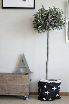 Olive tree/wooden crate. DIY. Wooden crates. Fruit box. Wooden box. Cajas de madera. Caja de madera. Vintage. Old. Deco. Flowers. Eco deco. Decoration. Forniture. www.enkaja.es
