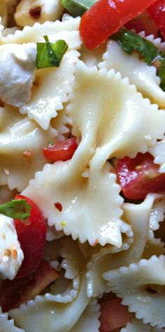 Caprese Pasta Salad - Pasta salad with tomatoes, mozzarella cheese, basil and zesty olive oil dressing. Makes the perfect side dish at a picnic or BBQ or a lunch option.
