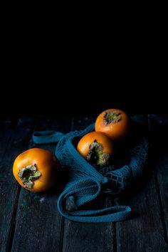 Dark Food Photography, Still Life Photography, Sharon Fruit, Kakis, Persimmon Fruit, Vegetables Photography, Beautiful Fruits, Fruit And Veg, Fresh Fruit