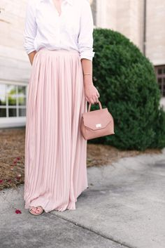 Laura Leigh shares the sweetest blush pink pleated maxi skirt. She also shares tips on how to style a pleated maxi for the transition from summer to fall. Long Pink Skirt, Pink Pleated Skirt, Long Maxi Skirts, Pink Maxi, Mini Skirt, Pencil Skirt Outfits, Modest Dresses, Bridesmaid Dresses, Lace Tops