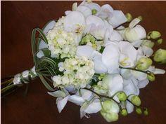 Para inspirar :Idéias para os boquets, fonte uol. Buquê de falenópsis brancas e hortênsias brancas; R$450, na Bia Sandoval (Tel.: 11 3375-8...