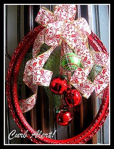 Holiday Frame ~ Spray paint an old picture frame, hang ornaments and ribbon and you have a beautiful wreath display! Christmas Frames, Noel Christmas, Christmas Projects, All Things Christmas, Winter Christmas, Holiday Crafts, Christmas Wreaths, Christmas Decorations, Holiday Decor