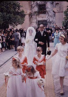 Ana de Medina y Fernandez de Cordoba llega al templo del brazo de su padre el Duque de Medinaceli, para su boda con el principe Max zu Hohenlohe-Langenburg