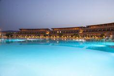 La piscina del Resort al tramonto - The Resort swimming pool at the sunset