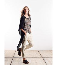 Een hele fijne en multifunctionele broek om toe te voegen aan je lentegarderobe. De broek is comfortabel door de lichte stof en de losvallende pasvorm. De dubbele streep aan de zijkant geeft een leuke twist.
