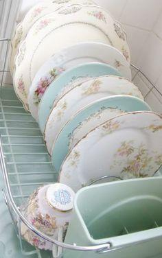 """de jolies assiettes dépareillées pour un côté so """"Alice in Wonderland!"""""""
