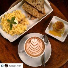 Ovos mexidos, pão, cappuccino e panquecas com mel... BREAKFAST IN DA RAUSE!