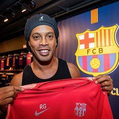 36cccacee RG ✨✨✨ 🤙  ronaldinho gets his Barça shirt personalized 😍