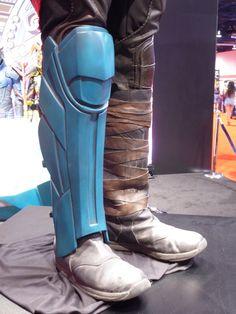Chris Hemsworth's Thor: Ragnarok movie costume and swords on display at Expo Thor Ragnarok Costume, Thor Ragnarok Movie, Thor Costume, Thor Cosplay, Cosplay Armor, Comic Con Costumes, Movie Costumes, Cool Costumes, Cosplay Costumes