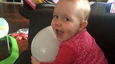 Mijn dreumes knaagt graag op een ballon. Ik wist tot voor kort niet dat dat best gevaarlijk kan zijn. Dit is wat er kan gebeuren.