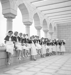 Recently-arrived nursing sisters of the Princess Mary's Royal Air Force Nursing Service gathered on the balcony of No. 5 RAF General Hospital, newly established at Abassia, Egypt. Vintage Nurse, Vintage Medical, Air Force Nurse, Professional Nurse, Old Egypt, Medical History, Egyptian Women, Royal Air Force, Princess Mary