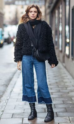Street style look com calça jeans cropped, fluffy coat e coturno.