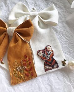 Diy Embroidery Patterns, Hand Embroidery Stitches, Custom Bows, Stitch Book, Collar Designs, Diy Sewing Projects, Girls Hair Accessories, Baby Bows, Scrunchies