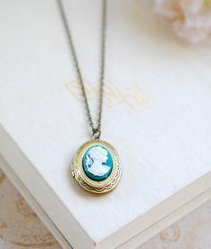 Petrol / Elfenbein Cameo ovalen Medaillon Halskette. von LeChaim