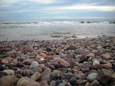 Una extensa costa de cantos rodados dan a Bella Vista el encanto...
