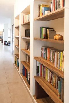 יריב נגרות | יריב נגרות-וילה בטלאל | אחסון ספרים בנישות גבס | #5 | Archifind - Archijob Home Interior Design, House Interior, Bookcase, Decorating Shelves, Home, Interior, Wood Sofa, New Room, Home Reno