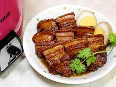 用五花肉逼出來的油脂來炒糖,多花5分鐘上糖色,用電鍋也能巧妙滷出晶亮色澤的好吃樣。滷汁鹹香好下飯,飛快盛上一碗白飯,淋上三大匙滷汁,擺上一大塊焢肉,幸福滿...