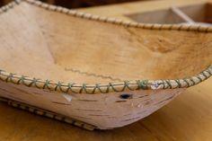 Näver, björkens bark, är ett fantastiskt material! Någonstans mellan trä och läder... Det är isolerande och vattentätt. Ett ypperligt materi...