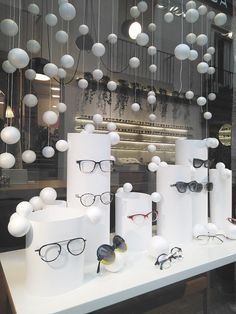 Find tips and tricks, amazing ideas for Store window displays. Discover and try out new things about Store window displays site Christmas Window Display, Window Display Design, Store Window Displays, Fashion Window Display, Retail Windows, Store Windows, Vitrine Design, Glasses Shop, Optical Shop