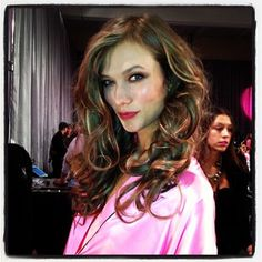 Karlie Kloss has gorgeous waves backstage at the Victoria's Secret Fashion Show!