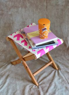 How to make a folding camp stool Here's the guest tutorial I mentioned yesterday: a DIY folding stool made from scratch! This project uses more of my new Arrow fabric and makes a great side … Diy Outdoor Furniture, Furniture Projects, Diy Furniture, Diys, Diy Hammock, Hammock Chair, Director's Chair, Do It Yourself Inspiration, Modern Stools