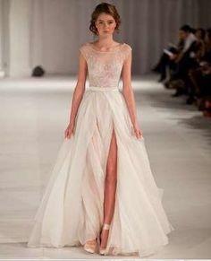 Vestidos com fendas altas deixando as pernas à mostra estão entre os estilos…