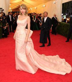 Pin for Later: Ein Tribut an Oscar de la Renta und seine schönsten Kleider auf dem roten Teppich Taylor Swift Mit diesem Kleid brachte Taylor Swift Drama zur Met Gala im Jahr 2014.