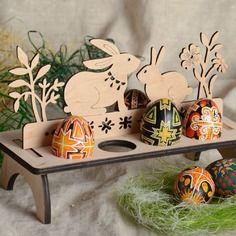 Support pour huit œufs de contreplaqué à décorer fait main avec un sac en lin