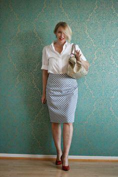 Office-Style mit Bleistiftrock und weißer Bluse