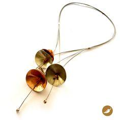 Pieza de joyería contemporánea. Paulina Latorre inspirándose en Violeta Parra, crea un collar lúcido donde las cuerdas de la guitarra cubren cuello y torso y donde el metal juega a ser campana, regalando suaves sonidos, tonos libres e insubordinados acordes. La diseñadora creó 6 campanillas en bronce y 3 en alpaca que se ubican de asimétrica en el collar. Una joya conmovedora, inspirada en una creadora universal: Violeta Parra. Quien en su paso por este planeta fue regando su camino de…