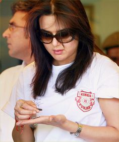 Priety Zinta Pictures, Images - Page 5 Beautiful Indian Actress, Beautiful Actresses, Beautiful Women, Pretty Zinta, Heena Khan, Simplicity Is Beauty, Very Nice Pic, Madhuri Dixit, Indian Beauty Saree