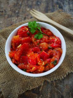 Aujourd'hui je partage avec vous une recette pleines de saveurs et hautement épicée en cumin et en coriandre : la salade de poivrons rouges à la marocaine. C'est une salade qui peut aussi bien se manger tiède que froide. Si vous en préparez beaucoup, vous pourrez donc la conserver sans soucis dans un récipient hermétique … Ramadan Recipes, Parfait, Salsa, Vegetables, Cooking, Ethnic Recipes, Moroccan, Food, Midi