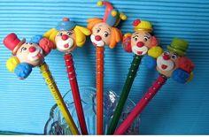 Ponteira de lápis de palhacinhos em biscuit com o lápis . Mínimo de 30 peças.Temos vários personagens do circo. Fornecemos sortidos conforme o cliente escolher.