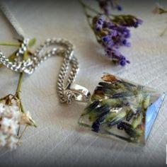 Náhrdelník  / Necklace / Collana  Náhrdelník s malým príveskom zo živice. V živici sú zaliate kvety levandule. Prívesok má tvar brúseného drahokamu. Celý je prelakovaný lakom na živicu. Ten ešte zvýrazňuje jej...