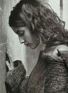 """Ci sono giorni in cui ti senti inutile, inutile come una foglia in balia del vento che aspetta di sapere la propria destinazione e può solo sperare..inutile come lo sguardo di finta commiserazione di chi hai accanto e vorrebbe dire """"hai tutto io proprio non ti capisco perché stai male"""".. ma si limita invece a qualche frase fatta che va bene per qualsiasi occasione e che finisce sistematicamente dentro a discorsi che terminano tutti con """"dai che domani sarà migliore"""".. inutile come l'agente…"""