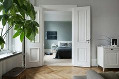 Majestic home with a green bedroom – COCO LAPINE DESIGN This is such a majestic and beautiful home. The architectural details are just amazing and… Flat Interior Design, Scandinavian Interior Design, Beautiful Interior Design, Bedroom Green, Dream Bedroom, Bedroom Wall, Green Apartment, Minimalist Bedroom, Dream Decor