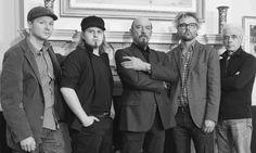 A Jethro tull legendás progresszív úttörője, Ian Anderson nemrég adta ki új stúdióalbumát, Homo Erraticus címen. A lemez egy újabb epizóddal gazdagítja a Gerald Bostock, a Thick As A Brick hősének meséjét, és a legnagyobb Jethro tull slágerek mellett ez lesz az augusztus 23-ai budapesti koncert fő témaadója is.  http://rockerek.hu/ian_anderson_budapesten_a_legjobb_jethro_tull_dalok_es_az_uj_album_20140823.html